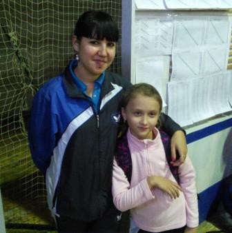 А это она же с Юлей Пуговкиной у табличек с результатами игр:-)
