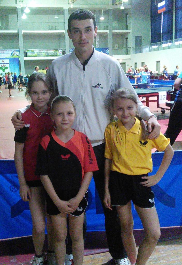 Это я со своими сегодняшними подопечными: Катя Иванова (повыше всех), Юля Пуговкина (в желтой майке) и Иванова Настя.
