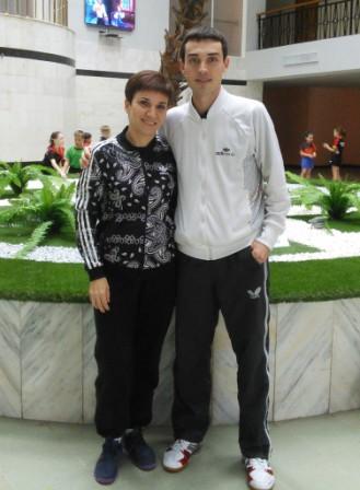 Это я со своей мамой! Она работает тренером уже больше 25 лет. Похожи хоть чуть-чуть?:-)
